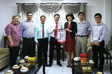 中国驻文莱大使于红会见文莱中岭学校董事长一行