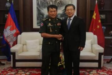 中国驻柬埔寨大使王文天会见柬王家军总司令翁比赛上将
