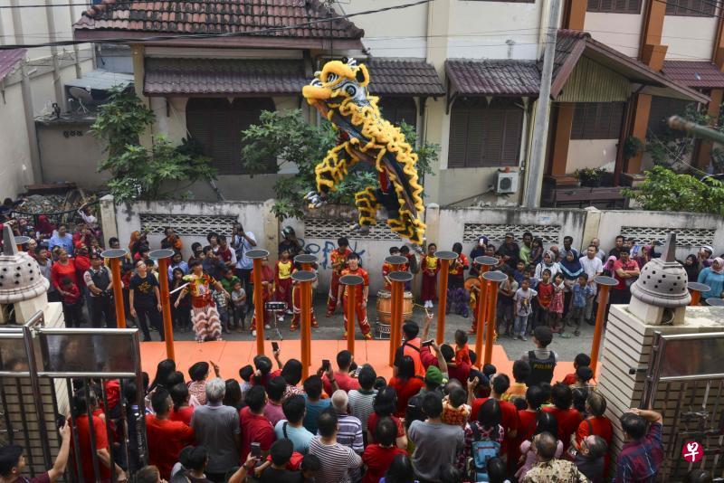 印尼华人庙宇前舞狮 穆斯林看热闹