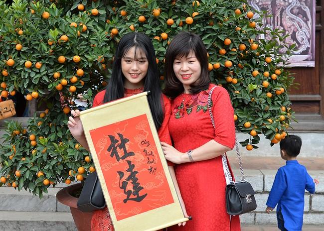 """春节众多越南民众到河内市文庙-国子监""""求字"""""""