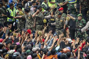 """印尼举办""""榴莲节""""    民众赤手接榴梿"""