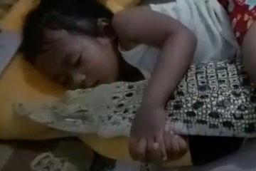 印尼女童与鳄为伴 晚上一起抱抱睡觉