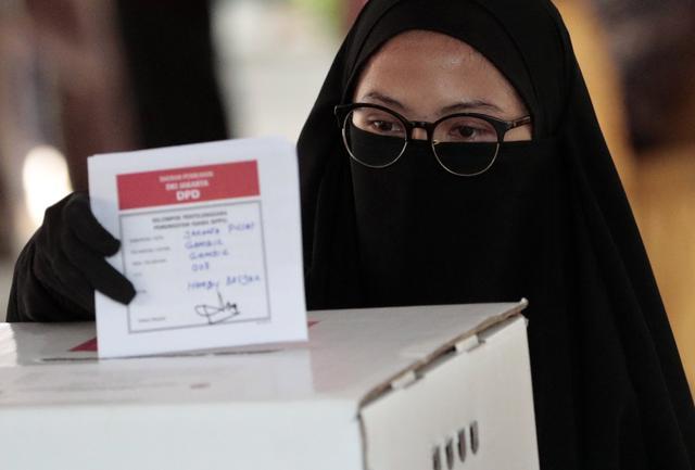 印尼最大规模单日选举举行  1.93亿人涌入投票站