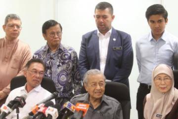 马来西亚首相马哈迪重申将按计划交棒安华
