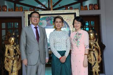 驻缅甸大使洪亮辞行拜会缅甸国务资政昂山素季