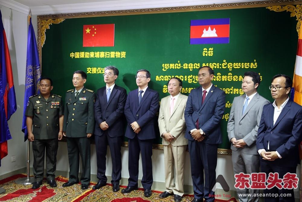 中国向柬埔寨援助扫雷物资 两官员获颁王国政府荣誉勋章