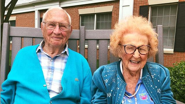 100岁老头和102岁老太结婚:既然相爱就该在一起