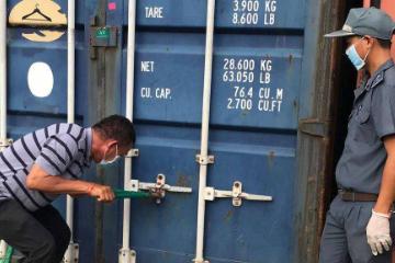 柬埔寨海关正在办理手续 将83个集装箱的外国垃圾运返原国