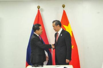 中国外长王毅会见老挝外长沙伦赛