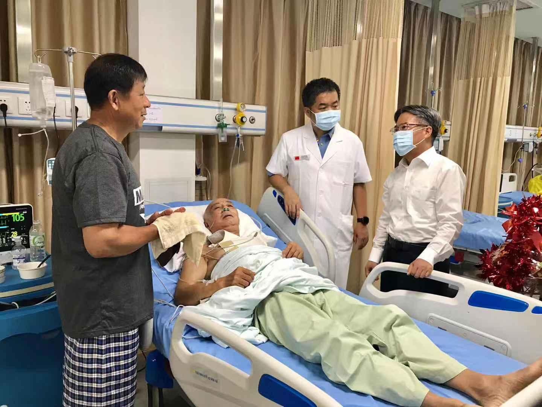 中国旅游团老挝车祸致13死31伤 中国大使看望伤员