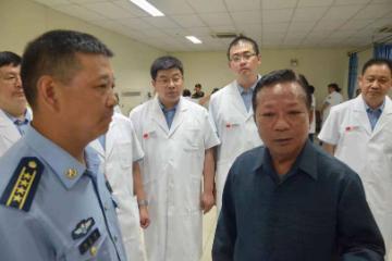 老挝国防部长、旅游部长看望慰问在老发生车祸的中国受伤游客