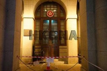暴徒掷汽油弹、纵火、破坏银行及商店 港警回应:无法无天